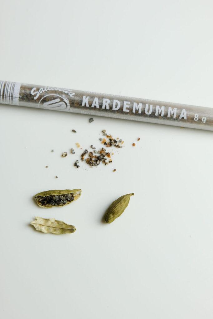 Cardamom examples: ground cardamom and fresh green cardamom (dried).